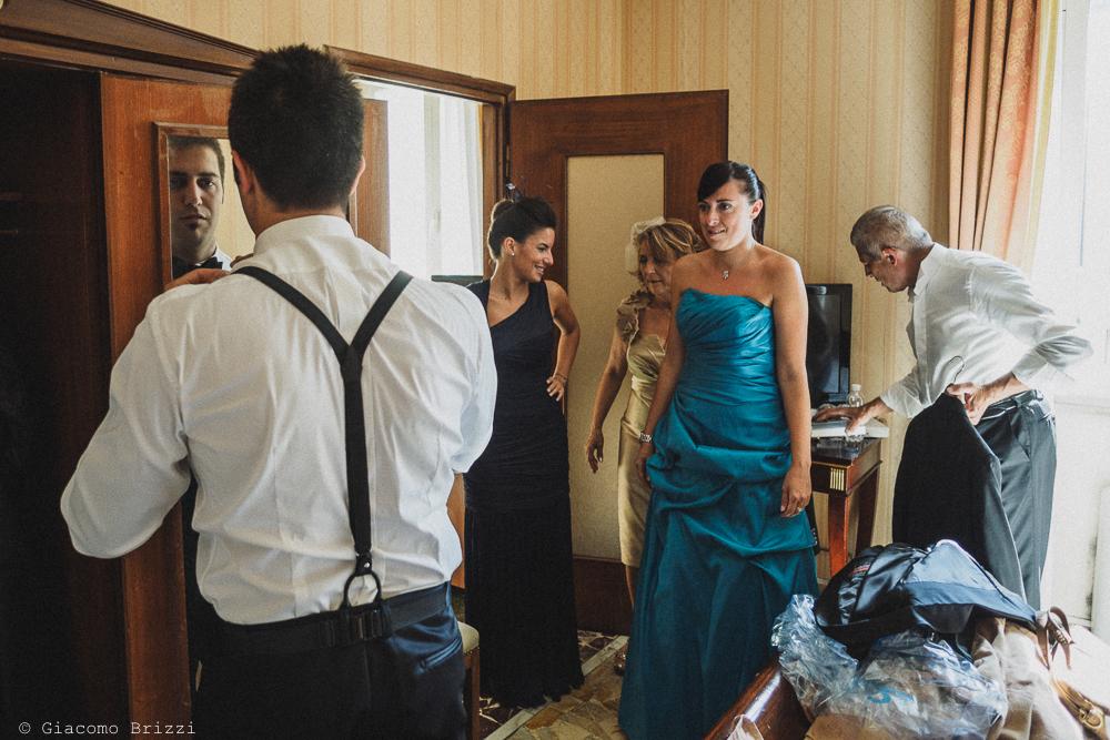 Momenti conviviali durante i preparativi, fotografo matrimonio ricevimento villa fanini, Lucca