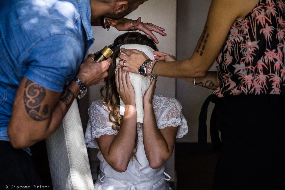 La sposa durante i preparativi del trucco , fotografo matrimonio ricevimento Villa Orlando, Versilia
