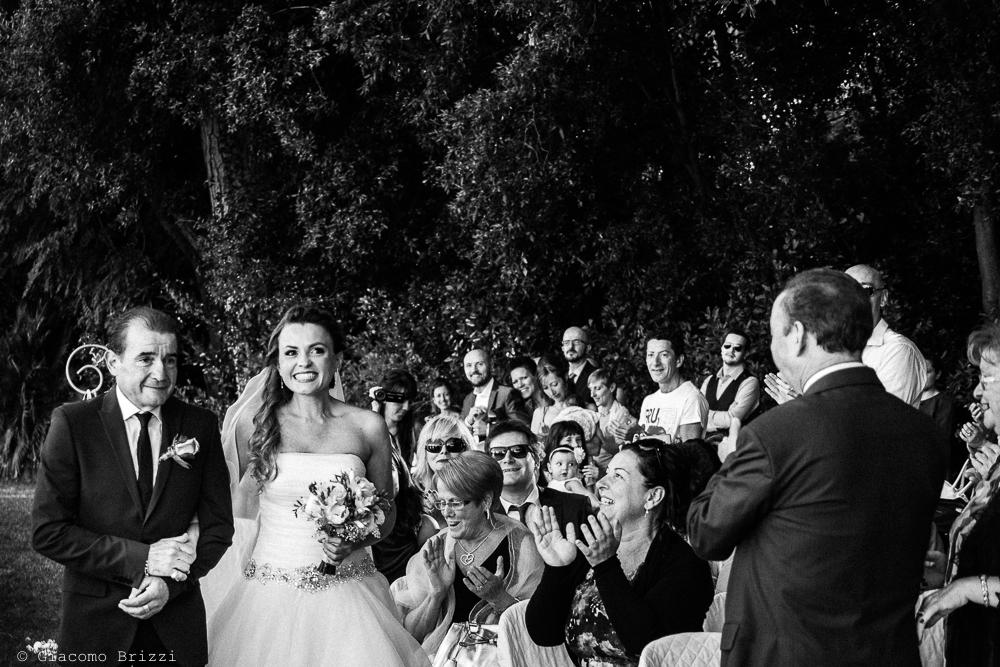 La sposa raggiunge la cerimonia, fotografo matrimonio ricevimento Villa Orlando, Versilia