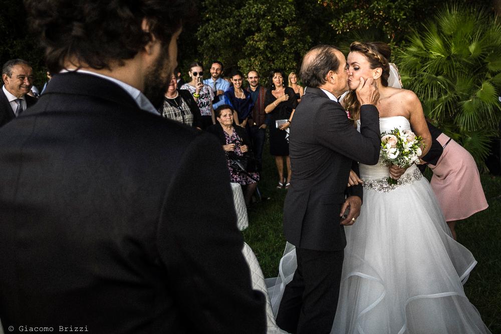 Bacio con la sposa, fotografo matrimonio ricevimento Villa Orlando, Versilia