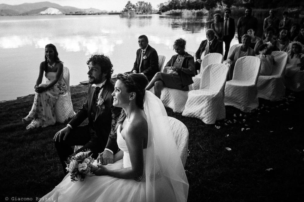Gli sposi seduti durante la cerimonia, fotografo matrimonio ricevimento Villa Orlando, Versilia