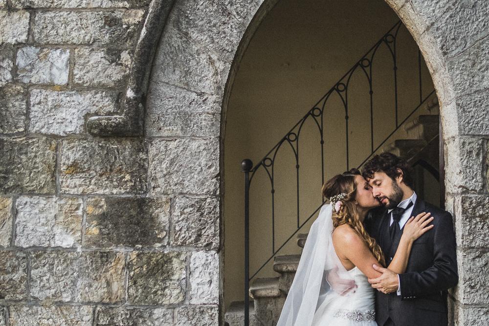 Foto ritratto la sposa bacia lo sposo, fotografo matrimonio ricevimento Villa Orlando, Versilia