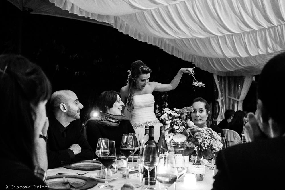 La sposa incontra gli invitati ai tavoli, fotografo matrimonio ricevimento Villa Orlando, Versilia