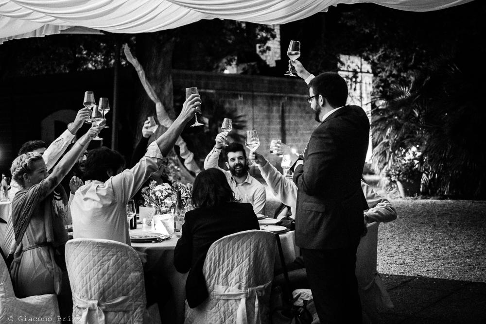 Foto brindisi degli invitati ai due sposi, fotografo matrimonio ricevimento Villa Orlando, Versilia
