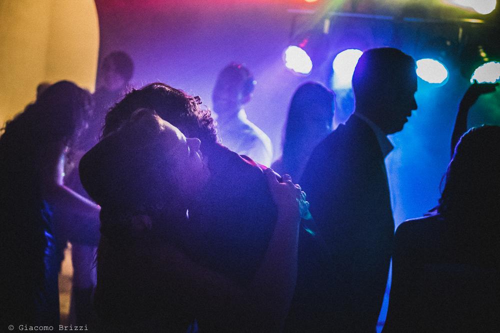 I due sposi abbracciati sulla pista da ballo, fotografo matrimonio ricevimento Villa Orlando, Versilia