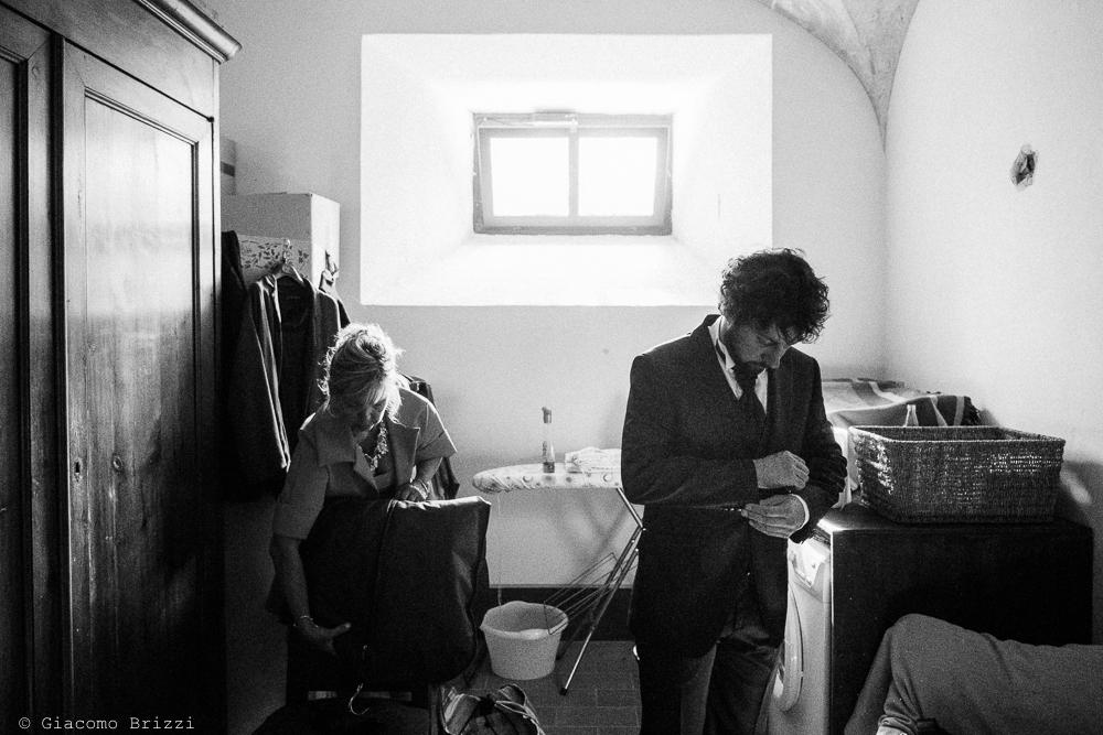 Foto figura intera sposo durante la vestizione, fotografo matrimonio ricevimento Villa Orlando, Versilia
