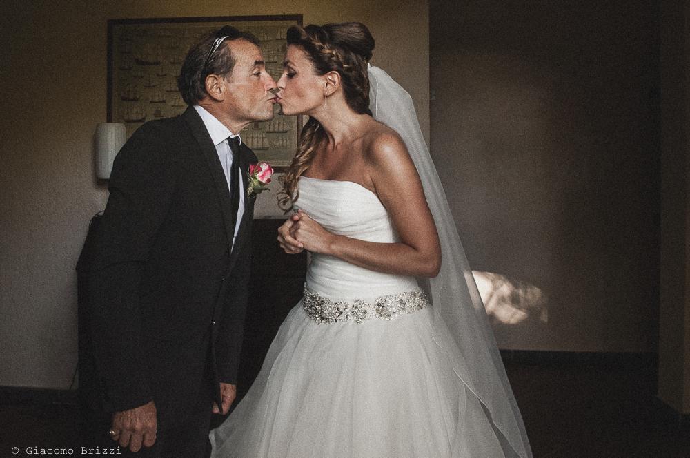 Un bacio con la sposa, fotografo matrimonio ricevimento Villa Orlando, Versilia