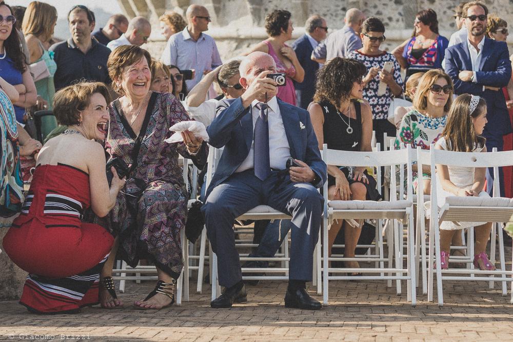 Gli invitati in attesa per la cerimonia, fotografo al matrimonio di sarzana alla Fortezza