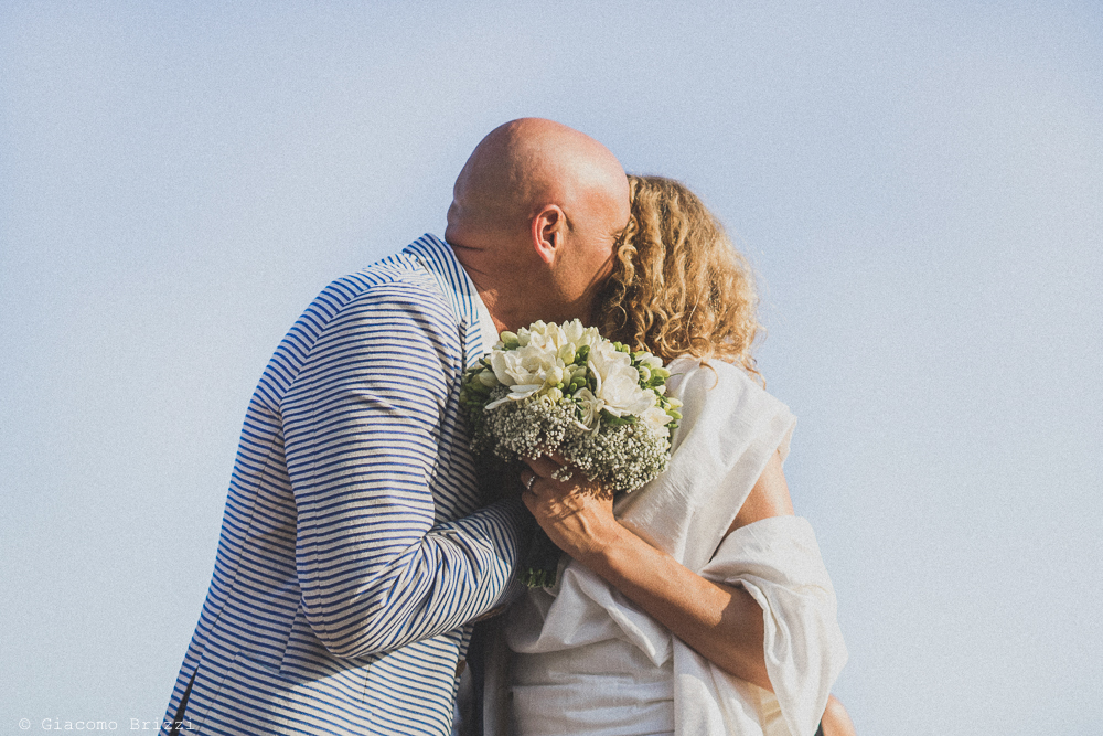 Il bacio tra gli sposi, fotografo al matrimonio di sarzana alla Fortezza