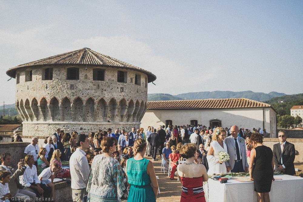 Una foto di insieme agli invitati durante la cerimonia, fotografo al matrimonio di sarzana alla Fortezza