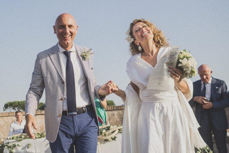 Gli sposi sorridono felici, fotografo al matrimonio di sarzana alla Fortezza
