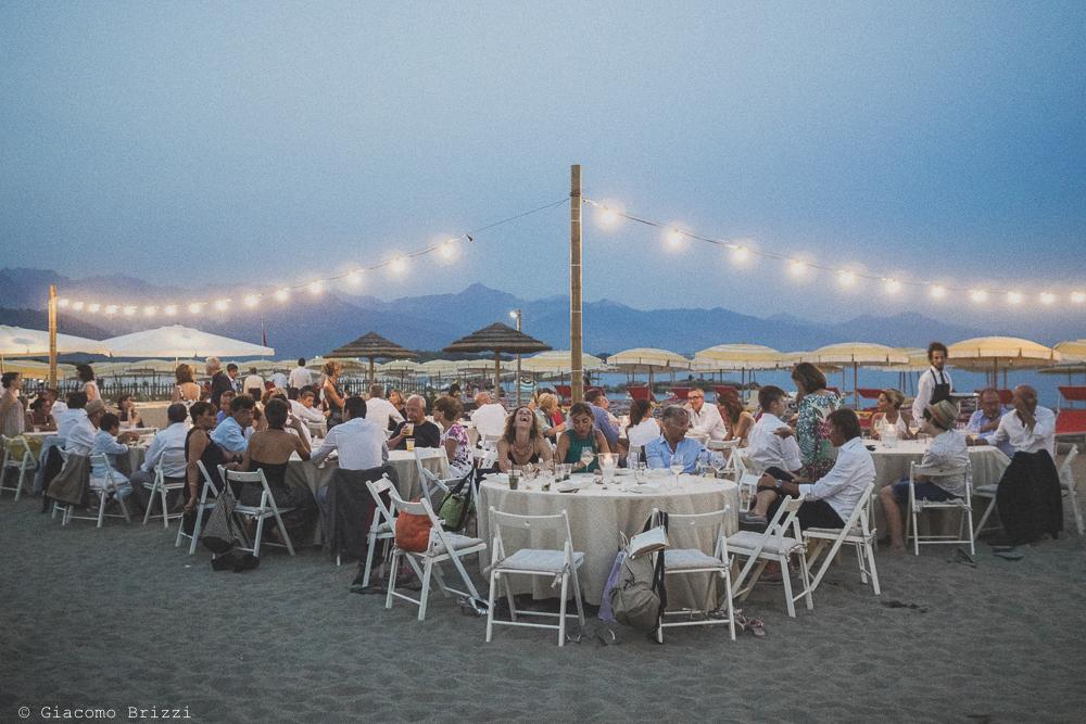 Una foto panoramica sui tavoli con gli invitati al ricevimento, fotografo al matrimonio di sarzana alla Fortezza