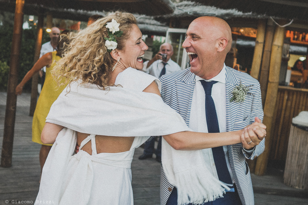 Gli sposi scatenati nel ballo, fotografo al matrimonio di sarzana alla Fortezza