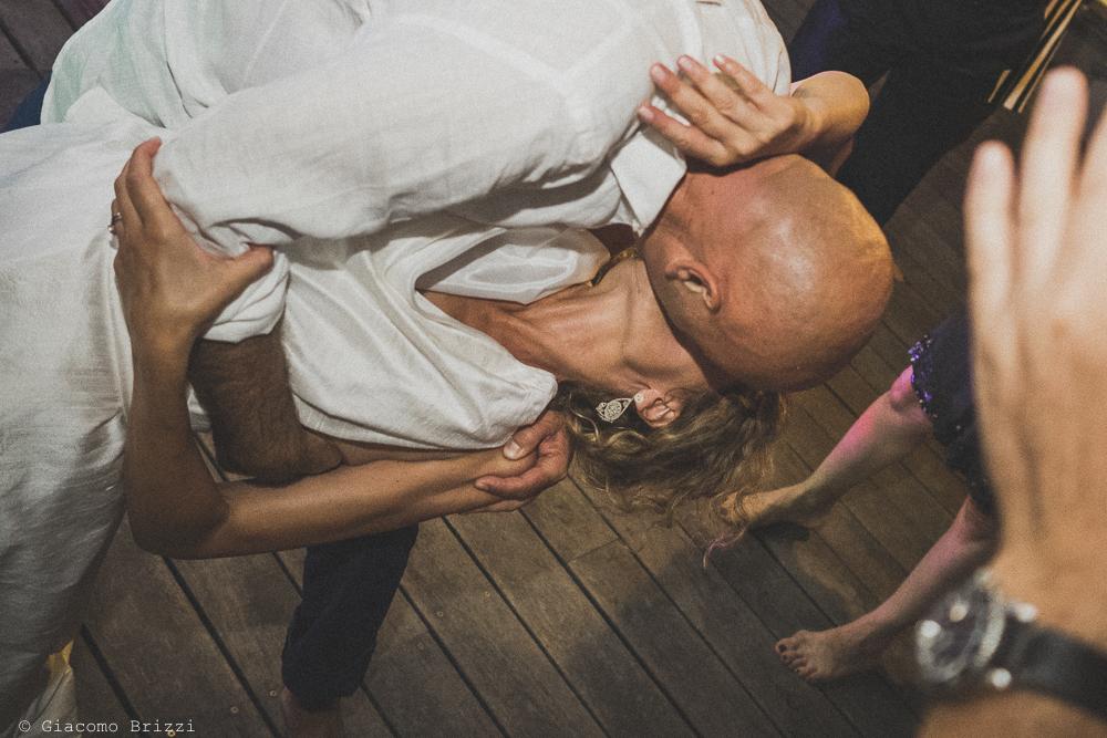 Un bacio plastico tra gli sposi, fotografo al ricevimento del matrimonio di sarzana