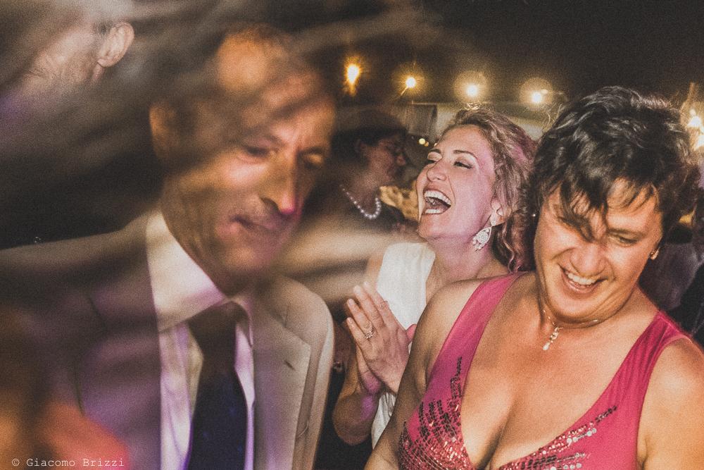 Foto agli invitati che ballano con la sposa al centro, fotografo al ricevimento del matrimonio di sarzana