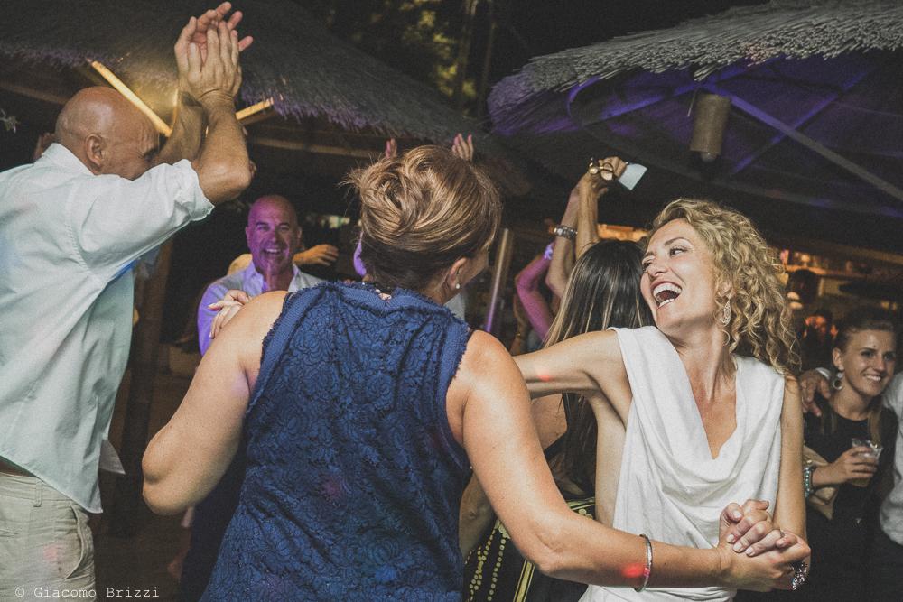La sposa balla insieme agli invitati, fotografo al ricevimento del matrimonio di sarzana