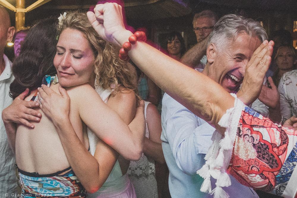 Un caloroso abbraccio con la sposa, fotografo al ricevimento del matrimonio di sarzana