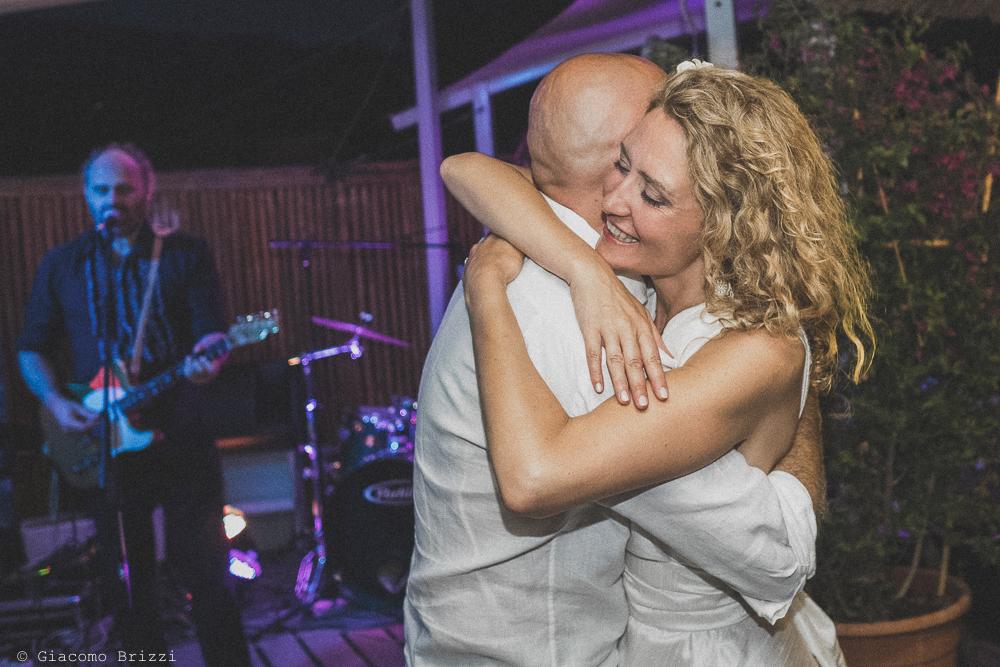 L'abbraccio tra gli sposi, fotografo al ricevimento del matrimonio di sarzana