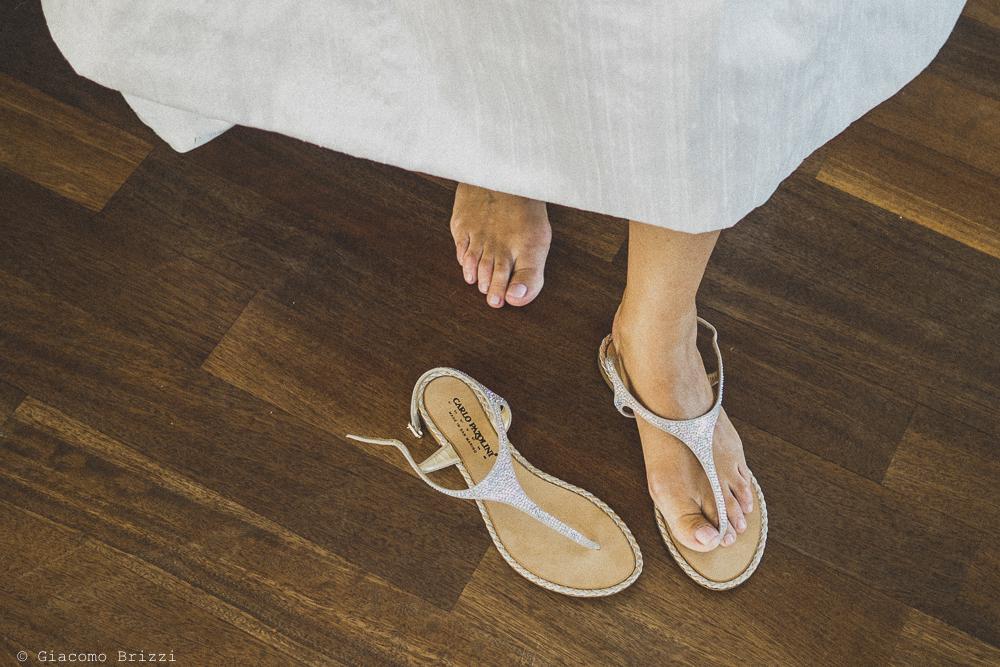 Foto di dettaglio sulle calzature della sposa, fotografo al matrimonio di sarzana