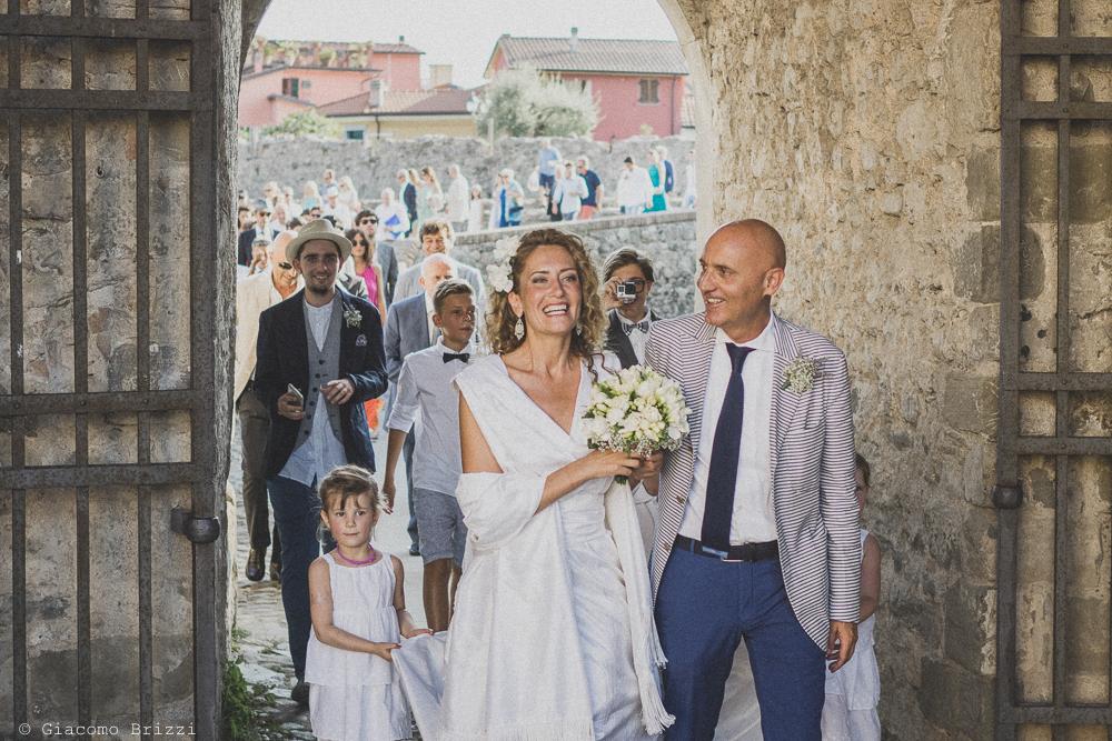 Gli sposi sottobraccio si avviano verso la cerimonia, fotografo al matrimonio di sarzana