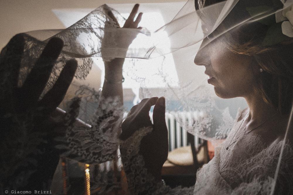 La sposa prova il velo, fotografo matrimonio Vernazza, Cinque Terre