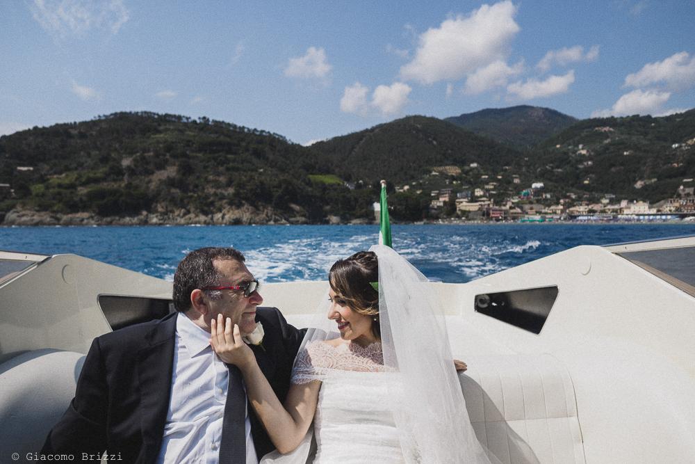 La sposa in barca raggiunge la chiesa dal mare, fotografo matrimonio Vernazza, Cinque Terre