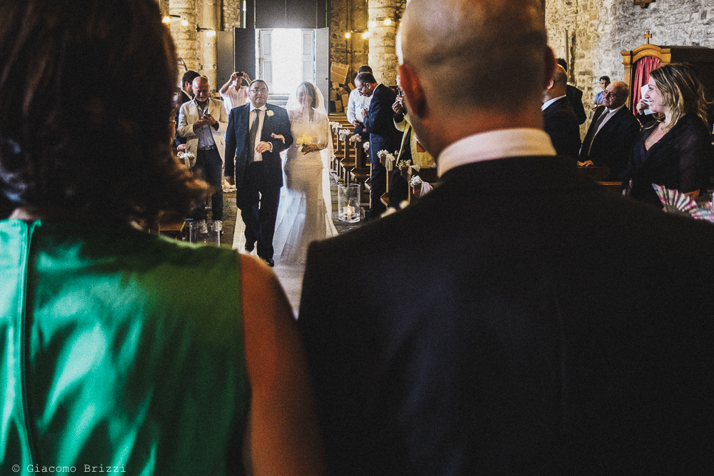 La sposa in chiesa raggiunge lo sposo, fotografo matrimonio Vernazza, Cinque Terre