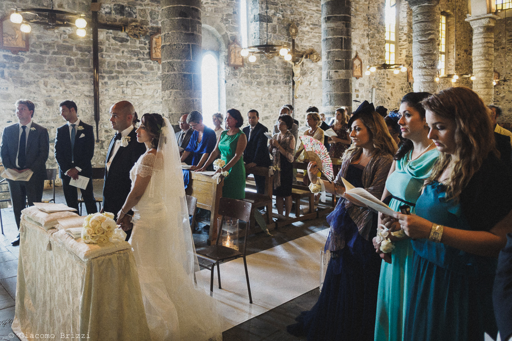 Inquadratura generale in chiesa sugli sposi e gli invitati, fotografo matrimonio Vernazza, Cinque Terre