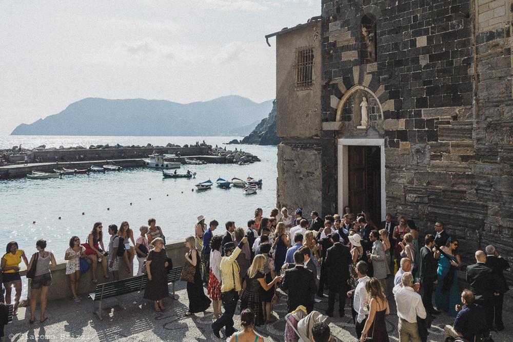 Foto degli invitati all'esterno della chiesa, fotografo matrimonio Vernazza, Cinque Terre