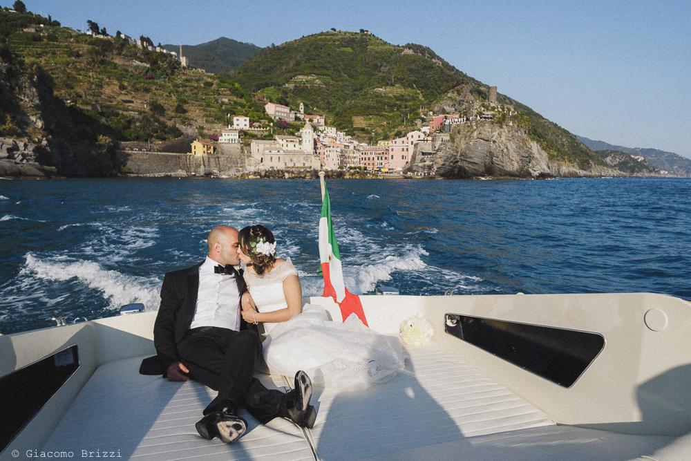 I due sposi sulla barca nel golfo di Vernazza, fotografo matrimonio Vernazza, Cinque Terre