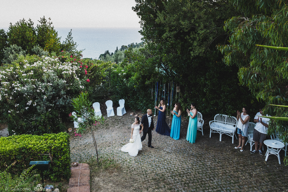 I due sposi raggiungono gli invitati il ricevimento, fotografo matrimonio Vernazza, Cinque Terre