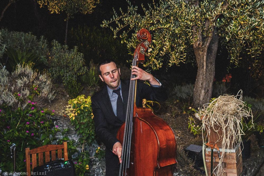 Una foto a figura intera del musicista, fotografo matrimonio Vernazza, Cinque Terre