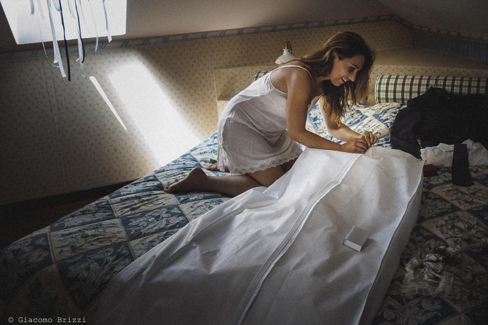 La sposa scopre il suo abito da sposa, fotografo matrimonio Vernazza, Cinque Terre