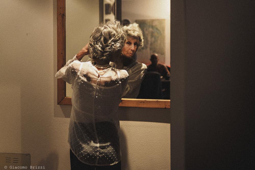 La madre della sposa si specchia, gli ultimi ritocchi, fotografo matrimonio Vernazza, Cinque Terre