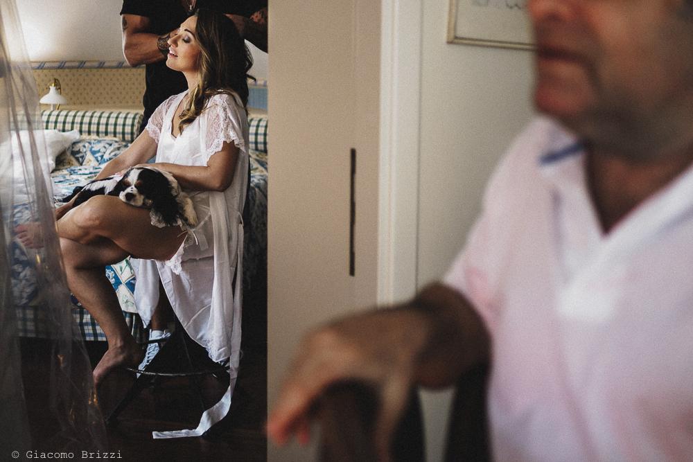 La sposa è al trucco con in braccio un cagnolino, fotografo matrimonio Vernazza, Cinque Terre