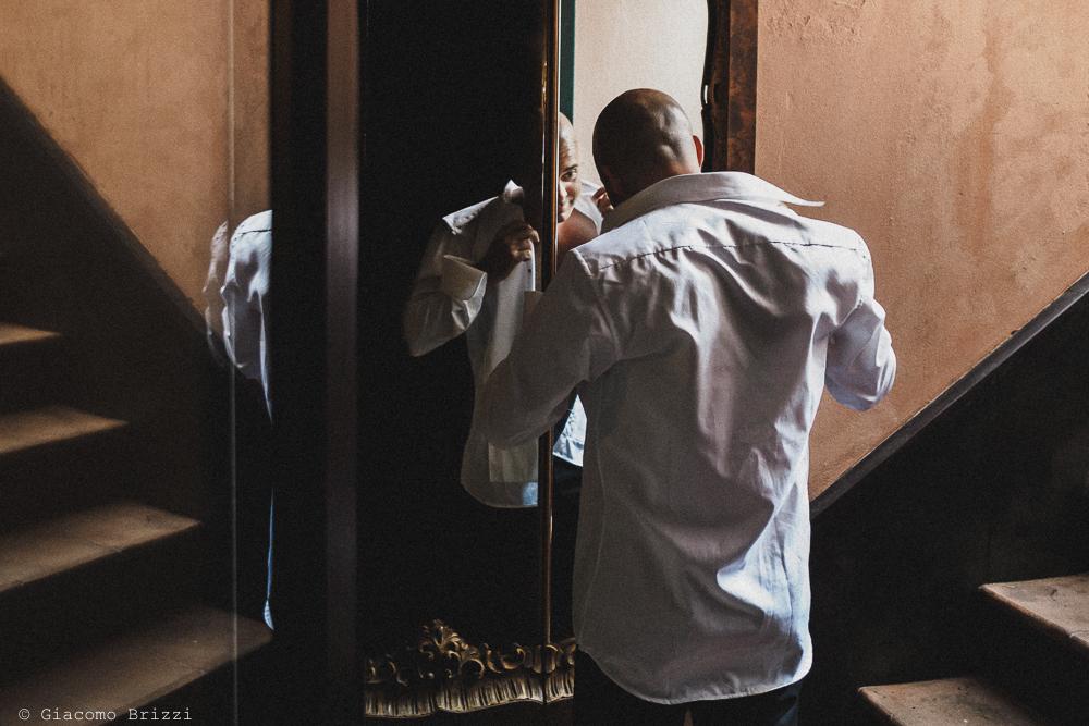 Lo sposo si sta vestendo, fotografo matrimonio Vernazza, Cinque Terre