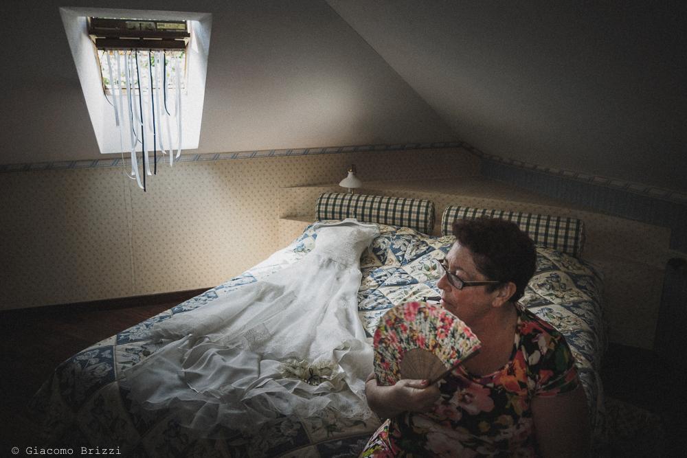 Il vestito della sposa disteso sul letto, fotografo matrimonio Vernazza, Cinque Terre