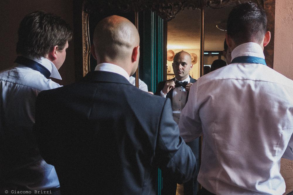 Lo sposo e altri due invitati si specchiano per sistemare gli ultimi dettagli, fotografo matrimonio Vernazza, Cinque Terre