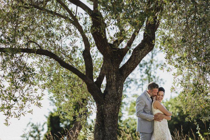 Gli sposi abbracciati matrimonio sarzana ricevimento fosdinovo