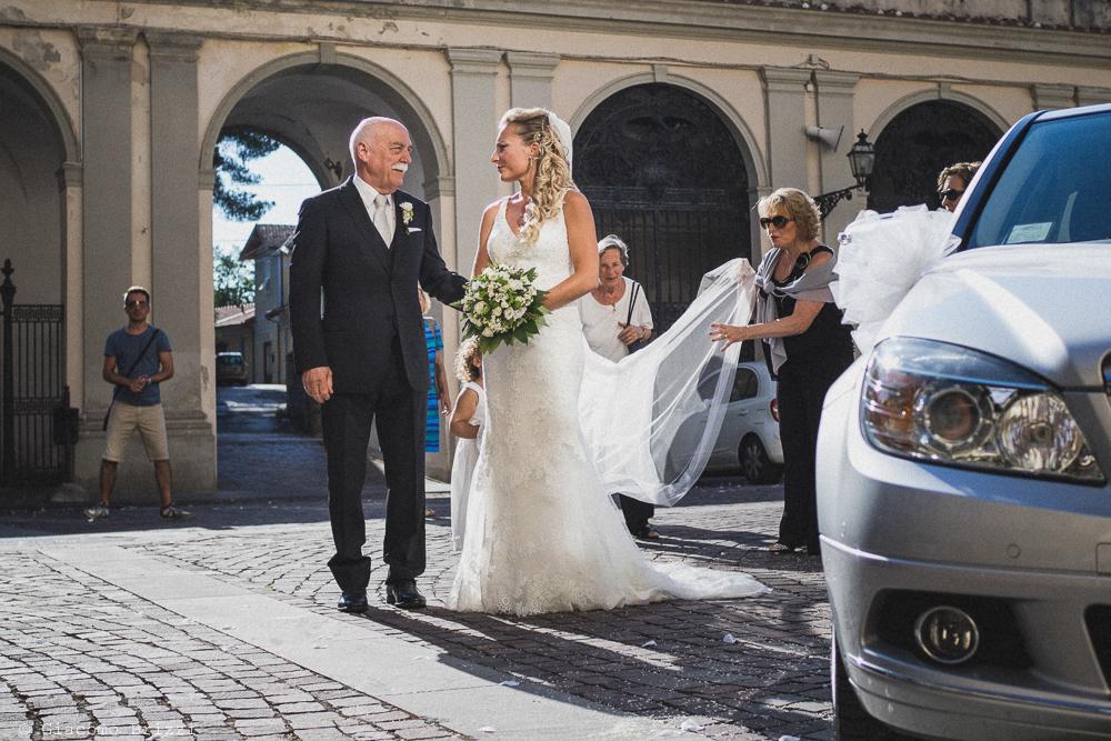 La sposa accompagnata dal padre, fotografo ricevimento villa grabau, lucca