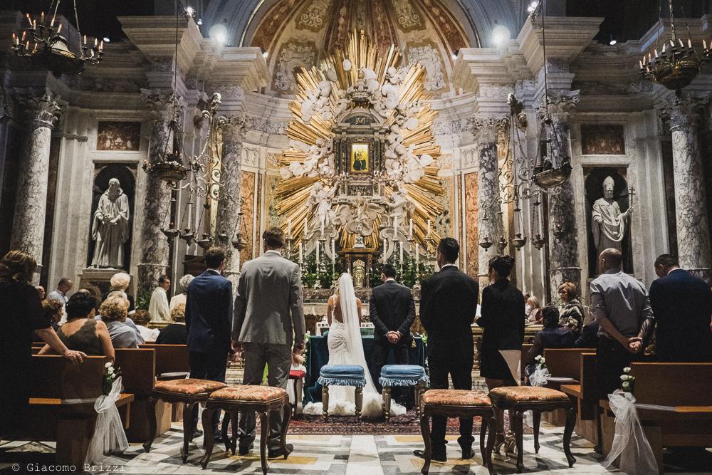 I due sposi in chiesa all'altare, fotografo ricevimento villa grabau, lucca