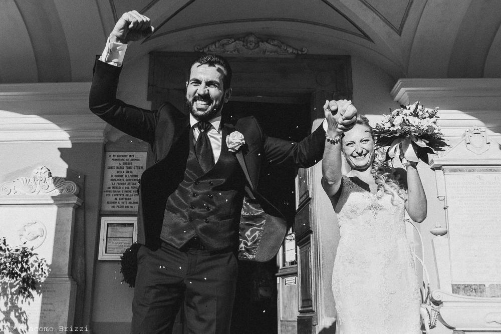 I due sposi escono dalla chiesa, fotografo ricevimento villa grabau, lucca