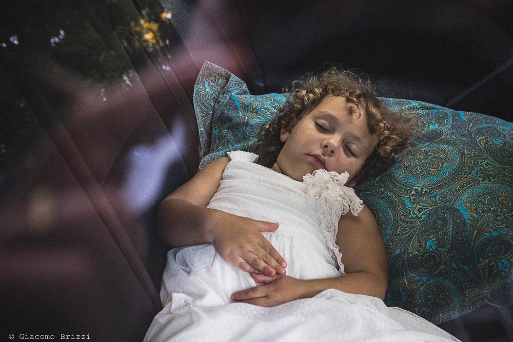 Una piccola invitata schiaccia un pisolino, fotografo ricevimento villa grabau, lucca