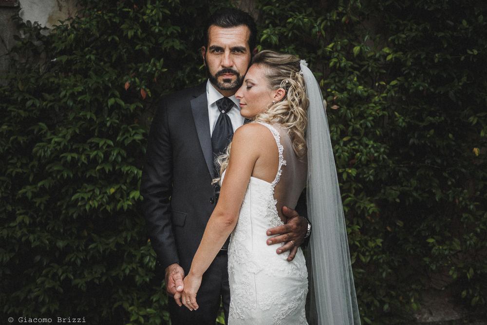 I due sposi abbracciati, fotografo ricevimento villa grabau, lucca