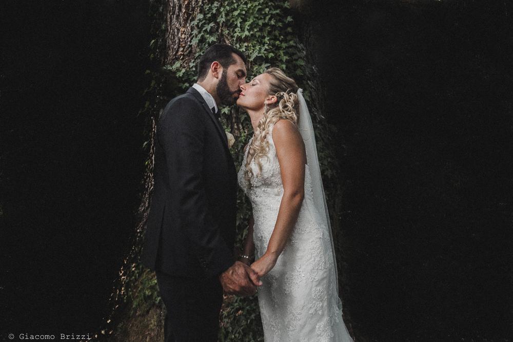 Foto del bacio romantico dei due sposi, fotografo ricevimento villa grabau, lucca