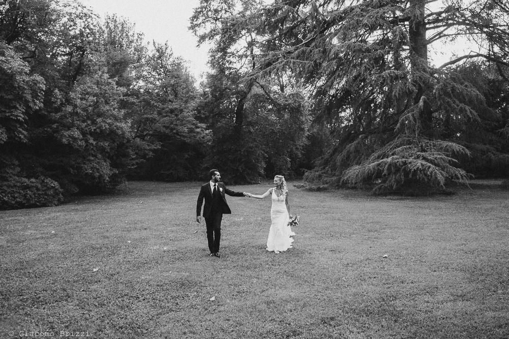 I due sposi mano nella mano nel giardino della villa, fotografo ricevimento villa grabau, lucca