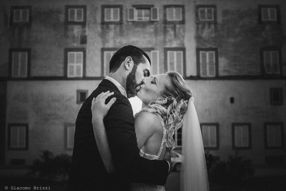 Foto di primo piano sul bacio appassionato tra gli sposi, fotografo ricevimento villa grabau, lucca