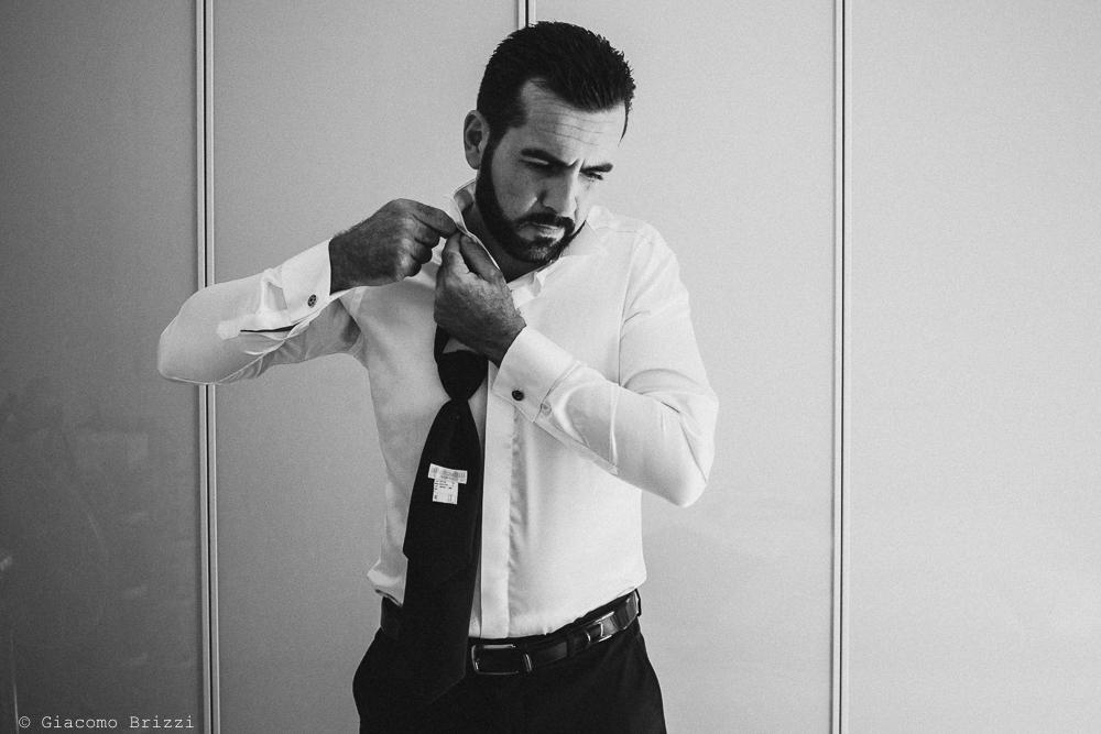 Lo sposo si sta vestendo, fotografo ricevimento villa grabau, lucca