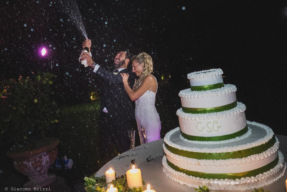 Gli sposi stappano lo spumante per festeggiare, fotografo ricevimento villa grabau, lucca