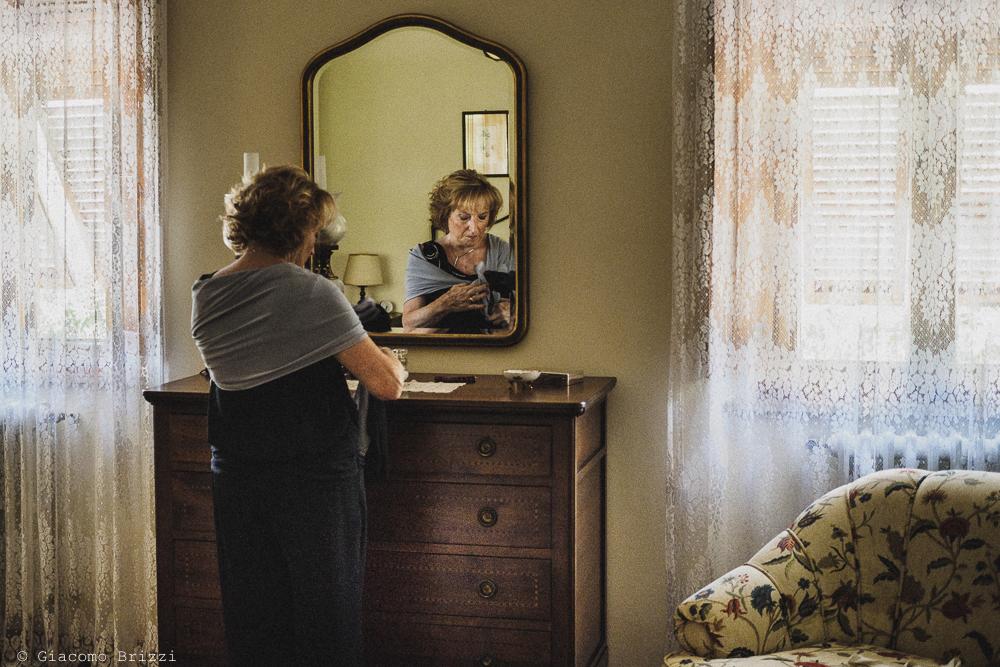 La madre verifica il suo vestito, fotografo ricevimento villa grabau, lucca